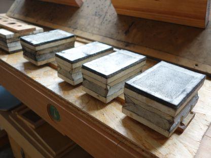 Ausgebaute Registerapparate mit altem Leder